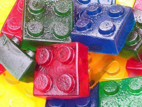 Utilisez de gros leggo que vous aurez pris soin de désinfecter pour faire des moules à Jell-O. Utilisez du Pam sans saveur pour démouler facilement. Jolie pour une fête d'enfant :)