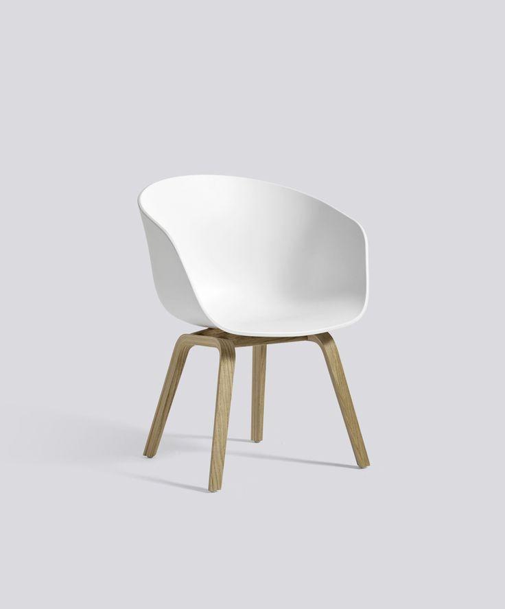 Lav hvid stol fra Hay: AAC42 Chair Oak Soap base White shell Low
