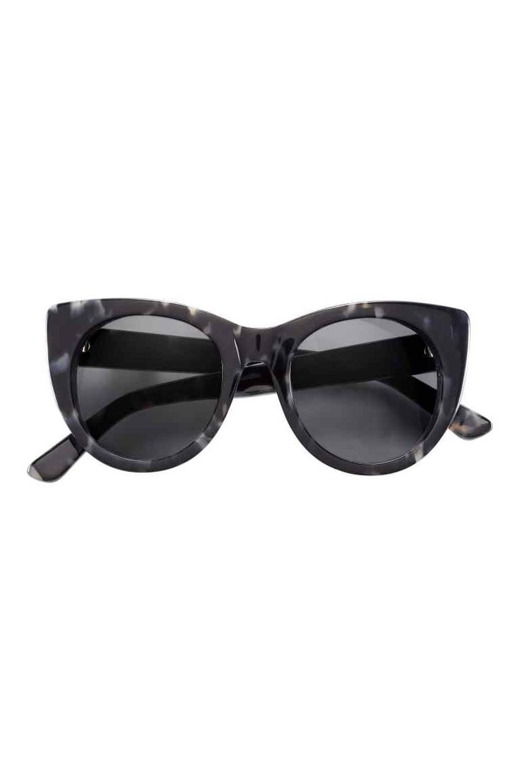 Okulary przeciwsłoneczne: Okulary przeciwsłoneczne z przyciemnianymi szkłami w plastikowych oprawkach. Filtr UV.