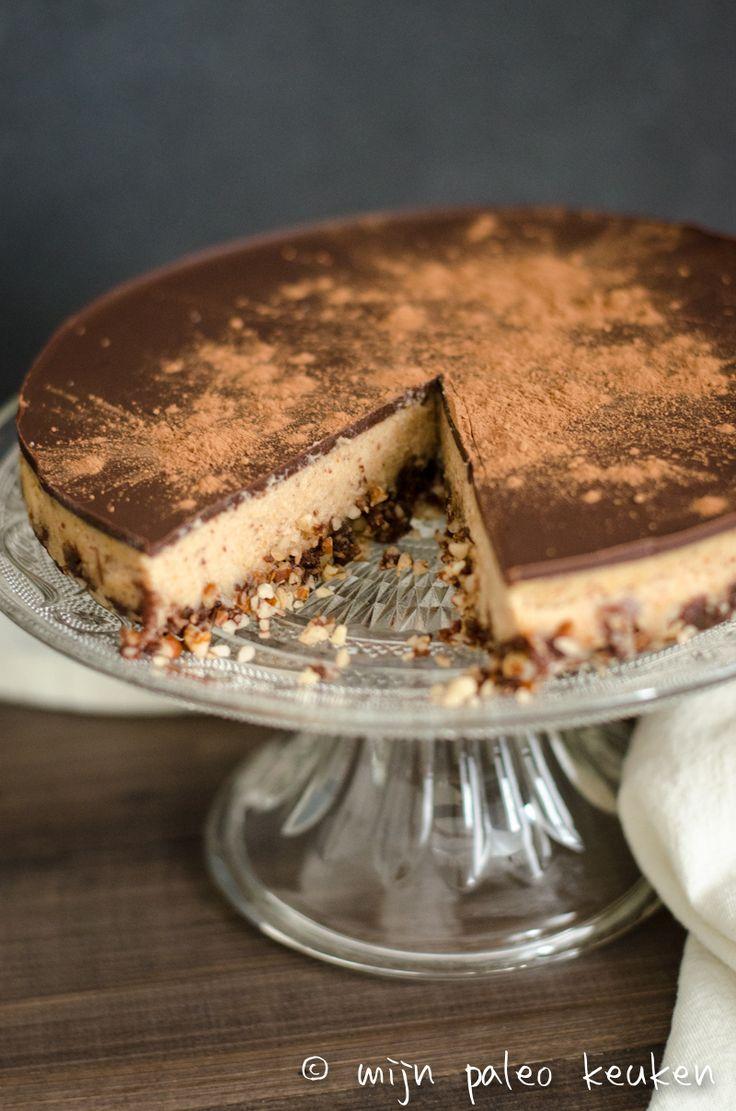 Snickers, in een cheesecake, zonder zuivel, gluten of (bewerkte) suiker. Dat kan! Deze paleo snickers cheesecake is goddelijk.