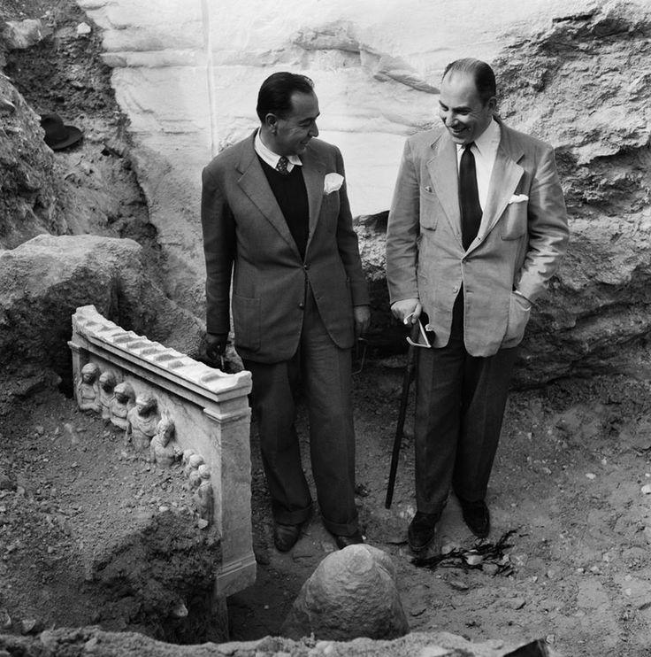 Νικόλαου Τομπάζη.Η ανεύρεση της Στήλης των Νυμφών στην Πεντέλη το 1952.δεξιά ο αρχαιολόγος Γιάννης Παπαδημητρίου.