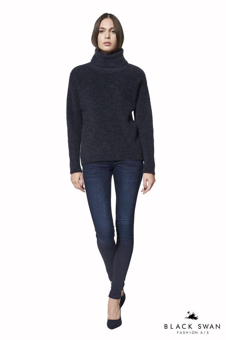 Efterårets bløde icon rullekrave strik er lavet i et skønt miks af mohair, uld og nylon. Den melerede dybblå farve er let at style med sort, brun og grå. Soft rollneck knit. Black Swan Fashion