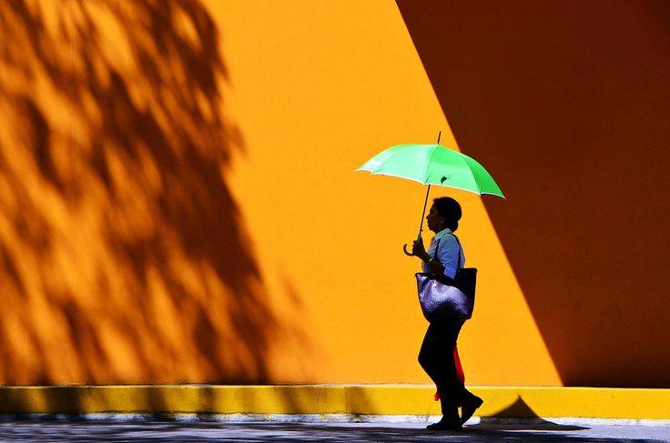 (...BÀRKA - A NAP KÈPE...) //...Jasper Tejano...// Green umbrella | Manila, Philippines.