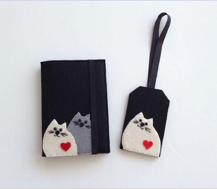 İki Kedili Siyah  Pasaport Kılıfı ve Valiz Etiketi Seti Siyah keçeden 2 kedi figürlü, iç kapağında bilet ve bagaj fişi cebi olan kullanışlı.... 355045