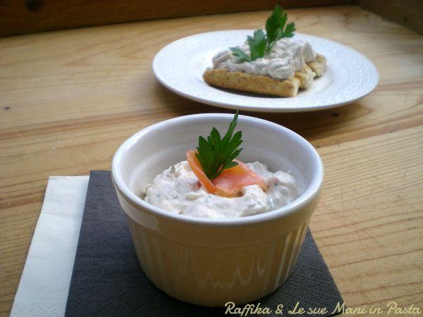 La mousse di salmone è perfetta da servire come antipasto, spalmata su crostini, crackers o tartine o come finger food, per un buffet.