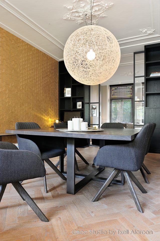 Interieur design en realisatie stadswoning Haarlem - goud als rode lijn - behang van Arte, maatwerk tafel van Pure Choc, stoelen van Arco, lamp van Moooi