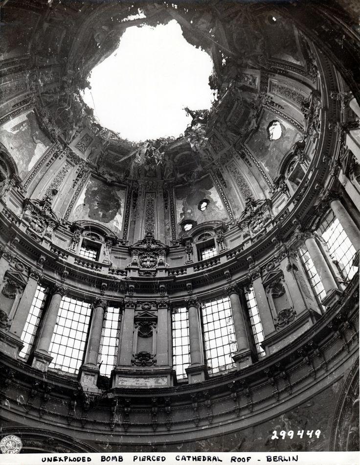 1945 Berlin - Berliner Dom. Nach Einschlag einer Flüssigkeitsbrandbombe 1944 wurde er schwer beschädigt.