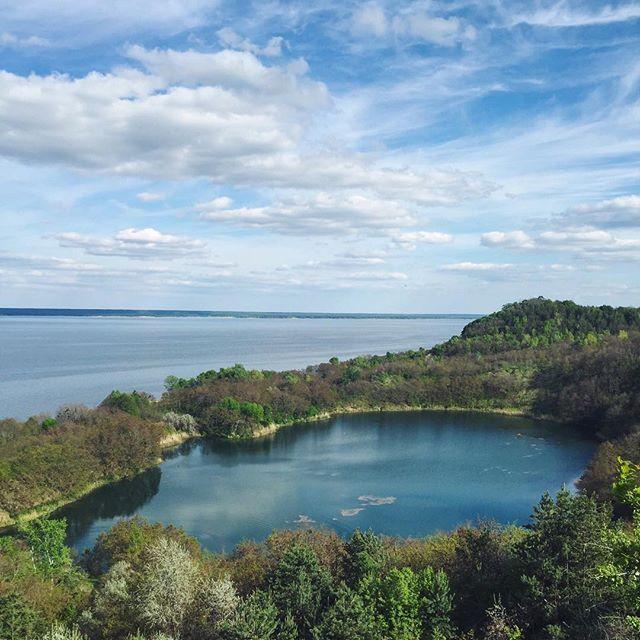 """Примерно в 1.5 километре слева от асфальтированной площади находится живописное озеро Бучак (N 49°51'57.4"""" E031°26'04.6""""). К нему можно доехать по грунтовой дороге около воды, а также по верхней дороге, обе плохие. Но лучше сверху, так как оттуда открываются отличные пейзажи.  Этот водоем искуственный, будет выполнять роль нижнего озера, откуда вода будет закачиваться в верхнее озеро."""