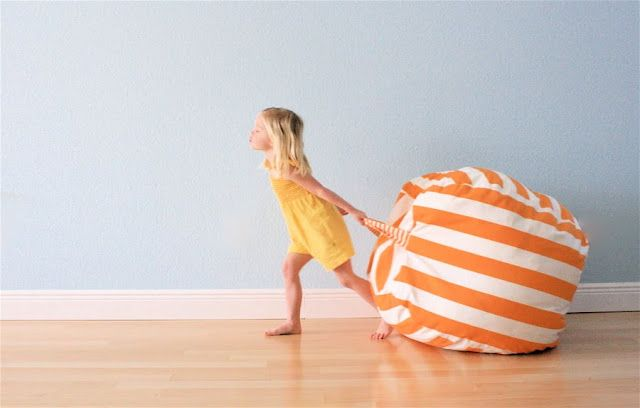 Voici une super idée pour ajouter une touche déco colorée et cozy à la chambre de nos enfants ! Un pouf faut-main, avec les tissus de notre choix pour colorer la chambre de nos enfants ! Le pouf de...
