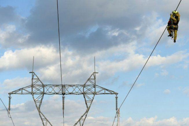 """Las acciones """"Robin Hood"""" de los trabajadores de la electricidad enervan al gobierno y la patronal: cortan la luz a los ricos y la conectan a los pobres. Pilotos de Air France van a la huelga."""