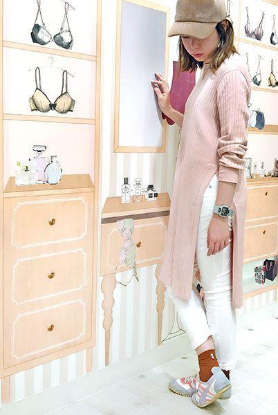 ピンクと白に秋らしくブラウンを合わせたコーデ。パール付きソックスでさらに女性らしさをプラス。  『バックパール付きソックス』¥350+税 color : コニャック (その他スタッフ私物)  当店のお取り扱いアイテム: レッグウェア、インナー、ルームウェア