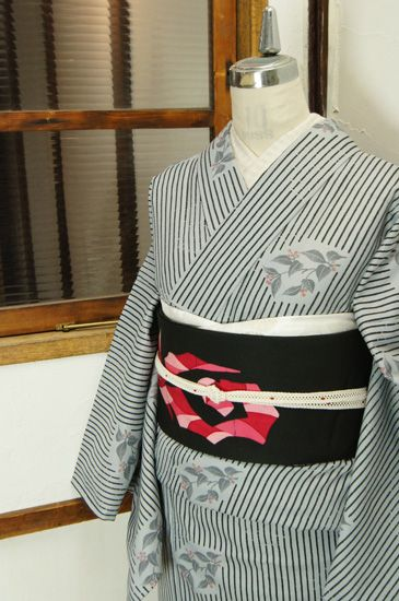 銀鼠と黒の縞に、南天のような木の実のモチーフがふわりと浮かぶ化繊の単着物です。 #kimono