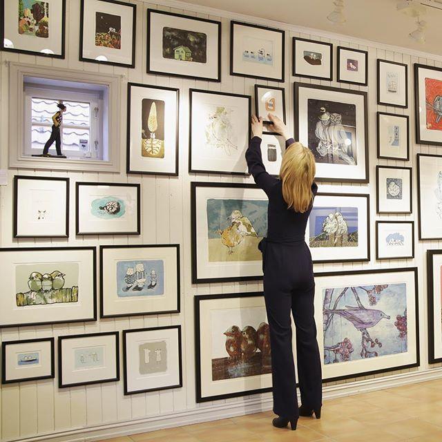Jeg har hengt opp påfyll hos Kunstværket i dag 😀(det er salg rett fra vegg) @kunstvaerketbv #gunillaholmplatou #bærumsverk #kunstværket #show #exhibition #art #kunst