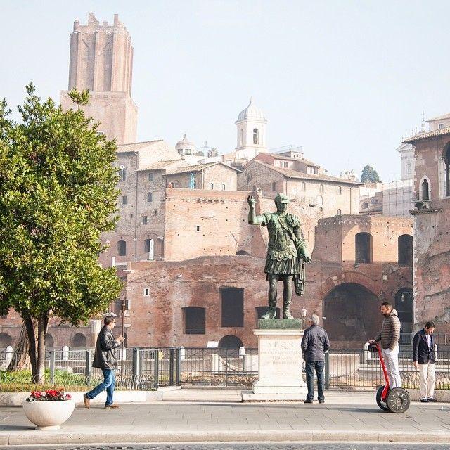 Rome Italie. On a retrouvé #keekoh et la pseudo chaleur du sud. Au programme aujourd'hui petite visite gastronomique de #rome à vélo. Curieux as-tu remarqué le contraste technologique de la photo? -- La suite de nos aventures romaines à suivre très bientôt sur http://ift.tt/1ALo9cT -- #visitroma #detourlocal #photooftheday #ceasar #segway #whateveryouradventure #italy #roma #instatravel #travelgram #landmarks #lookoftheday #liveauthentic #letsgosomewhere #landscape_lovers #statue #europe…