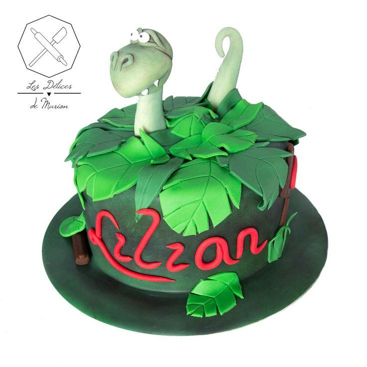 Cake design. Gâteau personnalisé en pâte à sucre sur le thème Dinosaure Jungle. Sugar paste Dinosaur themed cake by Les Délices de Marion.