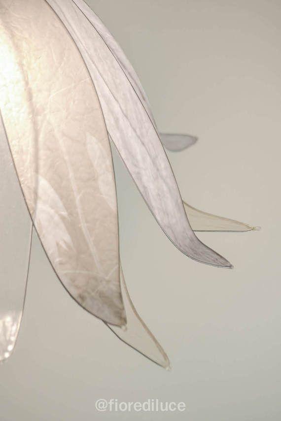 questo lampadario creato sui toni delle dune dorate del deserto è come tutte le nostre lampade un pezzo unico, interamente fatto a mano in resina, materiale leggero e resistente, che regala un effetto simile al vetro.  Le sovrapposizioni di colori, creano dei morbidi giochi di luce davvero suggestivi, e molto eleganti.  misura circa 45 cm di diametro, per 30 di altezza.  se avete bisogno di ulteriori informazioni o desiderate un ordine personalizzato non esitate a contattarci  elisabetta e…