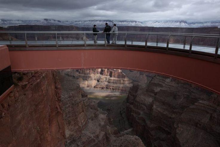Imagem 1/8: Turistas admiram a vista do Grand Canyon e do rio Colorado do alto da passarela Skywalk, na área da Reserva Indígena dos Hualapai, no Arizona Robert Galbraith/Reuters