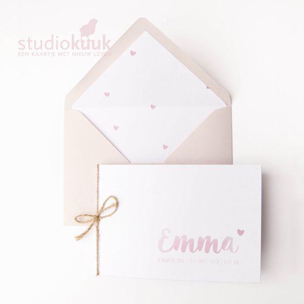 Lief geboortekaartje meisje_voering envelop_hartjes_koraal roze_zalmroze_kokostouw_verfletters#www.studiokuuk.nl