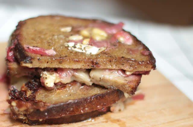 Grilled cheese au brie et au chutney de fraises—Recette qui dégouline