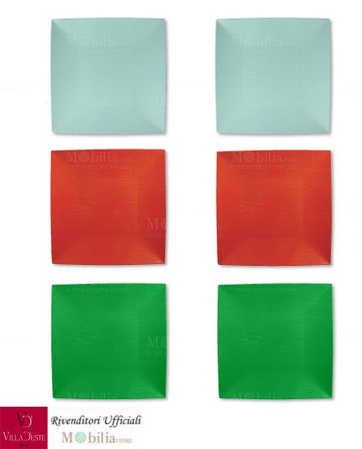 Sottopiatti Colorati Quadrati Villa d'Este Set 6 Pezzi, in 3 colori assortiti: rosso, verde e azzurro. Ideale per chi ama portare in tavola un tocco di raffinatezza, leggerezza e eleganza.
