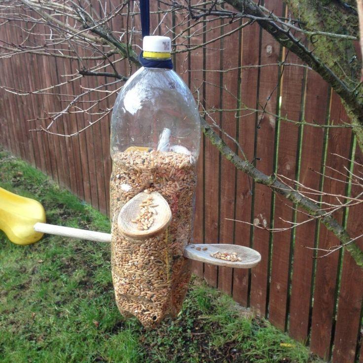 Vogelfutterspender aus PET-Flasche