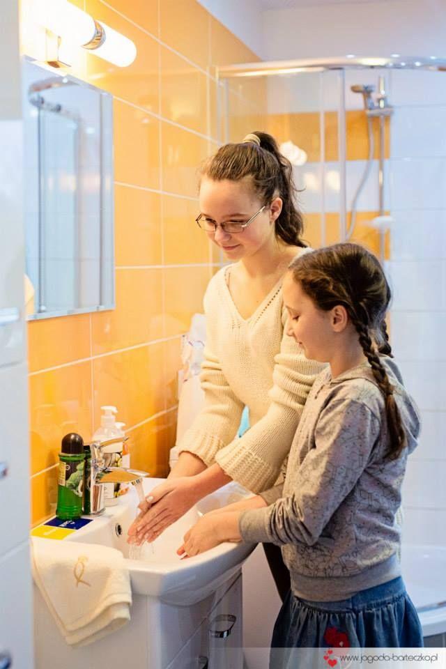 Pierwsze mycie rączek pod bieżącą wodą w domu.