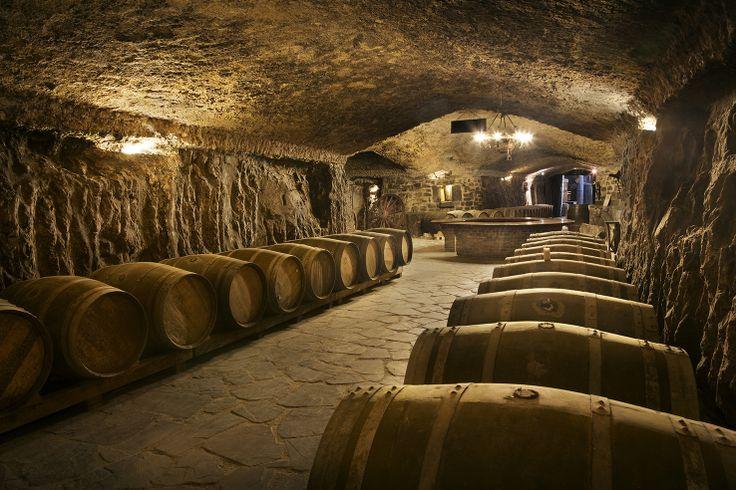 Más de 2km de cuevas subterráneas donde descansan los vinos de la bodega Eguren Ugarte en Laguardia, País Vasco