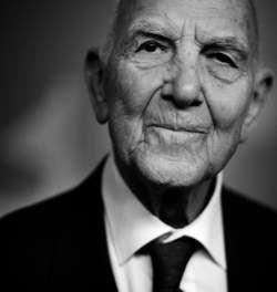 Stéphane Hessel (1917-2013). Diplomático germano-francés, creció y se formó en París.En 1941 viajó a Londres para unirse a la Resistencia del general De Gaulle contra la invasión nazi. Detenido y brutalmente interrogado por la Gestapo, fue deportado al campo de exterminio de Buchenwald.   Alcanzó la fama internacional gracias a ¡Indignaos! (2011), un libro que canalizó el sentimiento popular y cuyo legado aún perdura