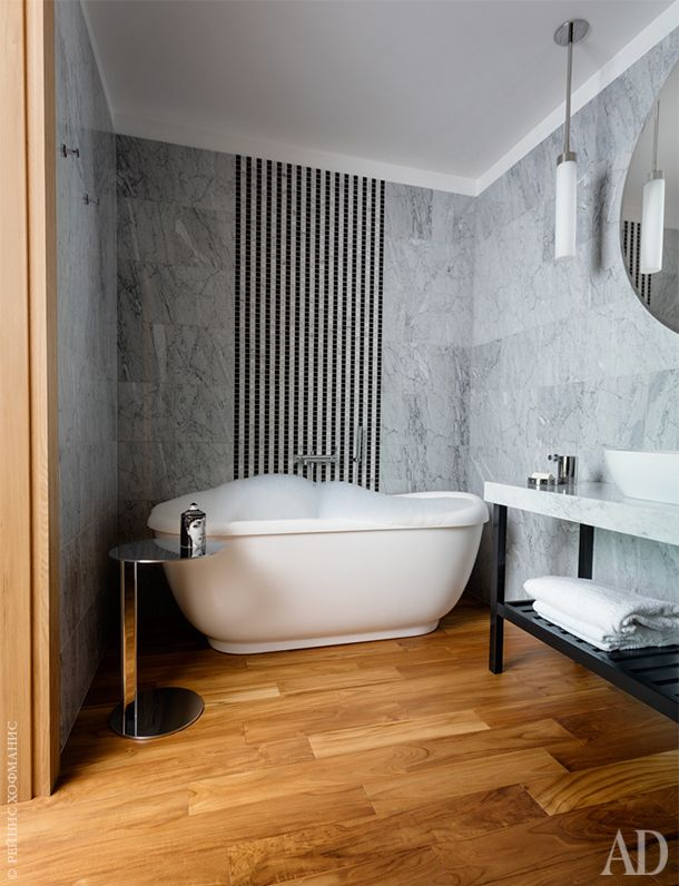 Ванная комната. Ванна Balteco. Раковина Catalano. Мраморное подстолье сделано на заказ.На стене мраморная мозаика. На полу тиковый паркет.