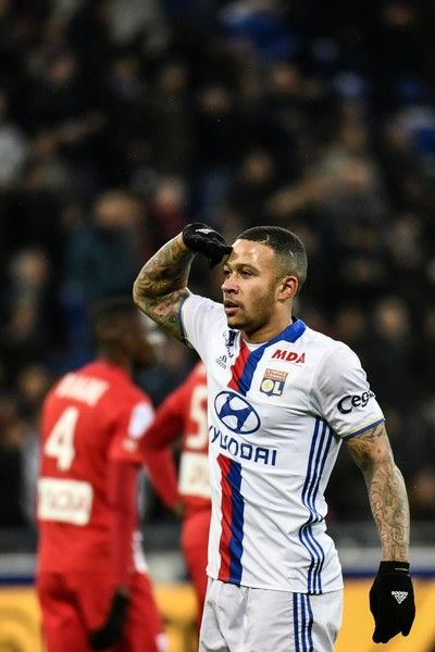 Lyon's Dutch forward Memphis Depay celebrates after scoring a goal during the French Ligue 1 football match between Olympique Lyonnais (OL) and Nancy (ASNL)  on February 8, 2017, at the Parc Olympique Lyonnais stadium in Decines-Charpieu, central-eastern France.  / AFP / JEFF PACHOUD