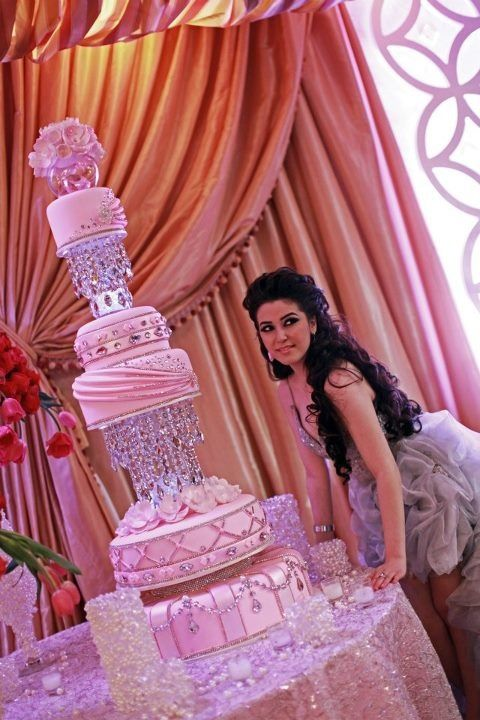 Woah, what a cake! Great cake for a very pink wedding, a grand sweet sixteen or quinceanera!