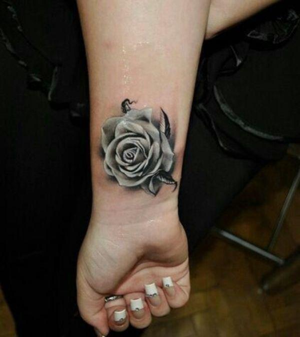 Tatuagem de rosa negra no pulso