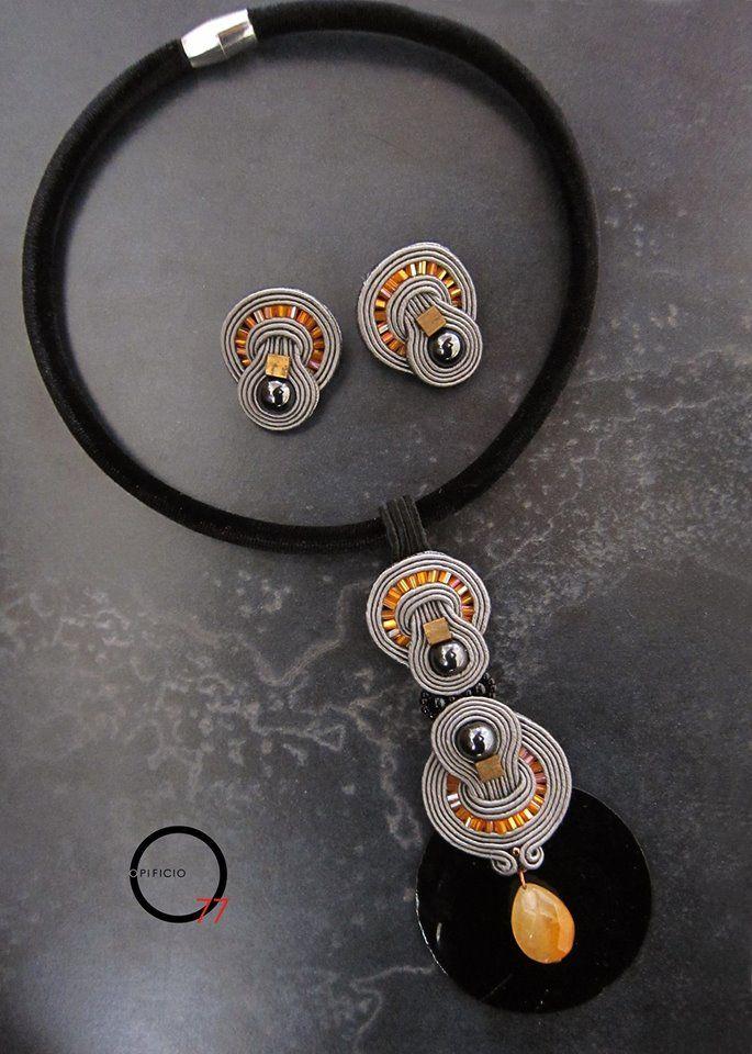 Parure orecchini e collana soutache grigio e arancio con perle in ematite, perle in vetro, goccia in pietra dura, elemento di sfondo in conchiglia colorata nera e collier in velluto con chiusura a calamita. Design Giada Zampar, Opificio77.