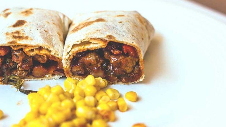 Burritos messicani con carne, fagioli, peperoni mais ricetta originale messicana