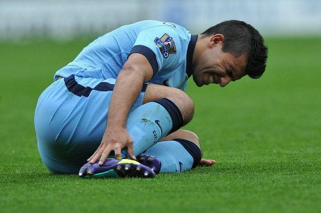 Un esguince de tobillo es una lesión de los ligamentos que componen la articulación, causada por un estiramiento por encima de su limite de elasticidad, produciéndose una distensión (grado 1), desgarro (grado 2) o rotura (grado 3) dependiendo de la intensidad del estirón. Según hacia donde haya girado el tobillo el futbolista al momento de la lesión, se puede tratar de un esguince de los ligamentos internos o externos. http://futboldatosycuriosidades.com/