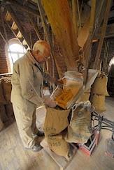 Jac Nijs in zijn molen keurt