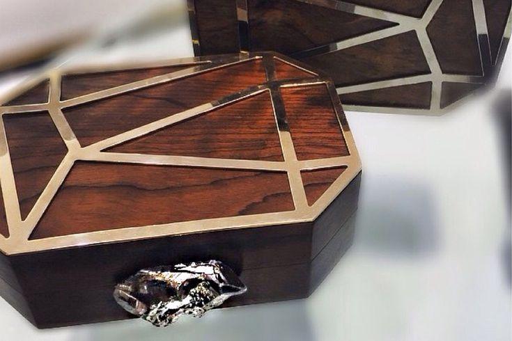 A designer curitibana Maria Dolores apresenta clutch de inverno, em madeira e metal foleado a ouro e ródio negro (Foto: Divulgação)