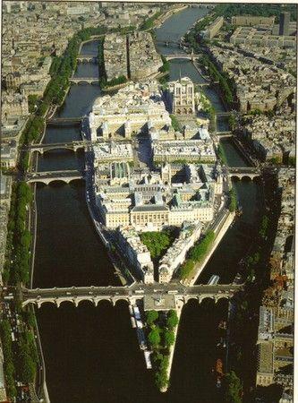 Dans l'île de la Cité. le palais de justice, l'hotel Dieu et la cathédrale Notre Dame