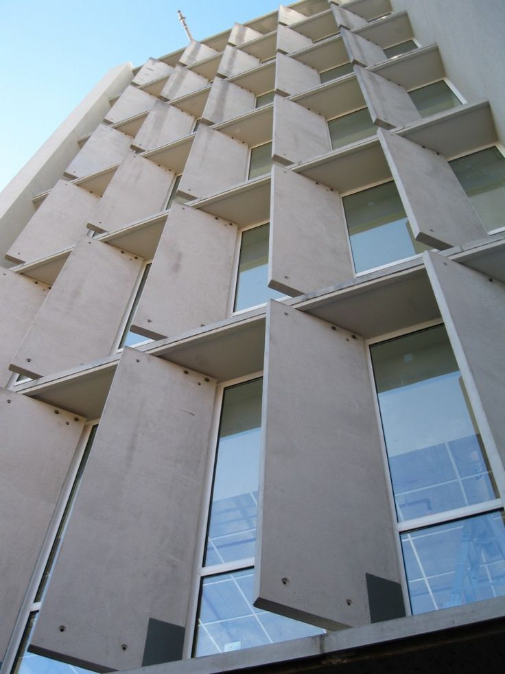 Edificio Vitra / Sebastián Larroulet + Arturo López + Francisco Vergara A. The facade is complemented by precast concrete panels, lined up to protect the offices interiors from peak sun hours