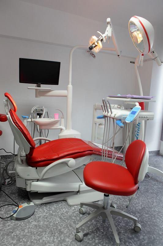 Sigilarea dentara este o metoda inovatoare, non-invaziva, de prevenire a cariilor.  Sigilarea dentara poate avea o eficienta de pana la 80% daca este efectuata corespunzator.  Sigilarea dintilor este recomandata copiilor incepand cu varsta de 6 ani, cu conditia ca dintii respectivi sa nu fi fost afectati de carii. Procedura de sigilare a dintilor nu este dureroasa, nu presupune folosirea frezei si nici nu necesita anestezie, ceea ce o face extrem de usor tolerabila pentru cei mici.