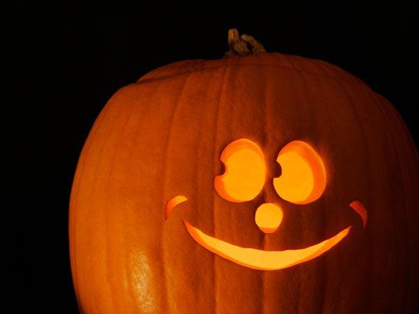 Pumpkin face smiling easy pumpkin carving ideas Halloween kids party decor