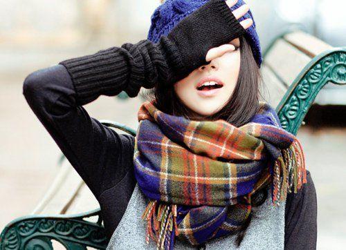 Lenços e encharpes são peças chaves para meia-estação, para os dias gelados do outono e o frio do inverno.