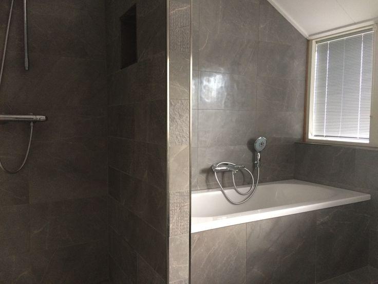 Keramisch marmer in de badkamer met stroken in diverse afwerkingen op de tussenwand (21) Tegelhuys