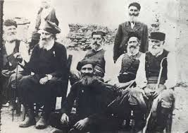 3 Οκτωβρίου 1878, περιμένοντας την υπογραφή της ιστορικής Σύμβασης της Χαλέπας. Δύο γηραιοί επαναστάτες, σύμβολα των κρητικών αγώνων, ο 94χρονος Αναγνώστης Μάντακας και ο 81χρονος Χατζημιχάλης Γιάνναρης, από τους Λάκκους Χανίων.