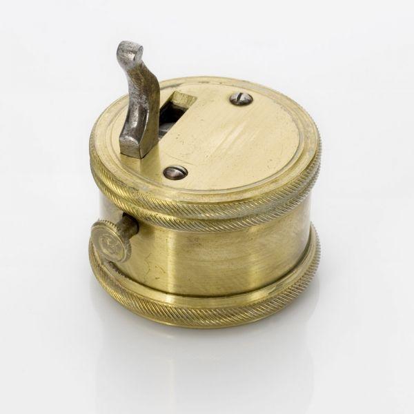 Tot 1890 was aderlaten een erkende methode voor medisch handelen. Voor het aderlaten bestonden verschillende methoden. Eén daarvan was het gebruik van de kopsnepper. In het ronde doosje zit een springveer waar scherpe mesjes aan vastzitten, de zogenaamde sneppers.