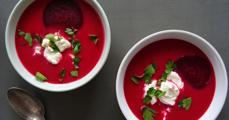 Fargerik rødbetesuppe med masse antioksidanter toppet med en kremet fetatopping, for å gi en salt smak til denne kraftige og friske suppen. Passer perfekt til kjølige høstdager!