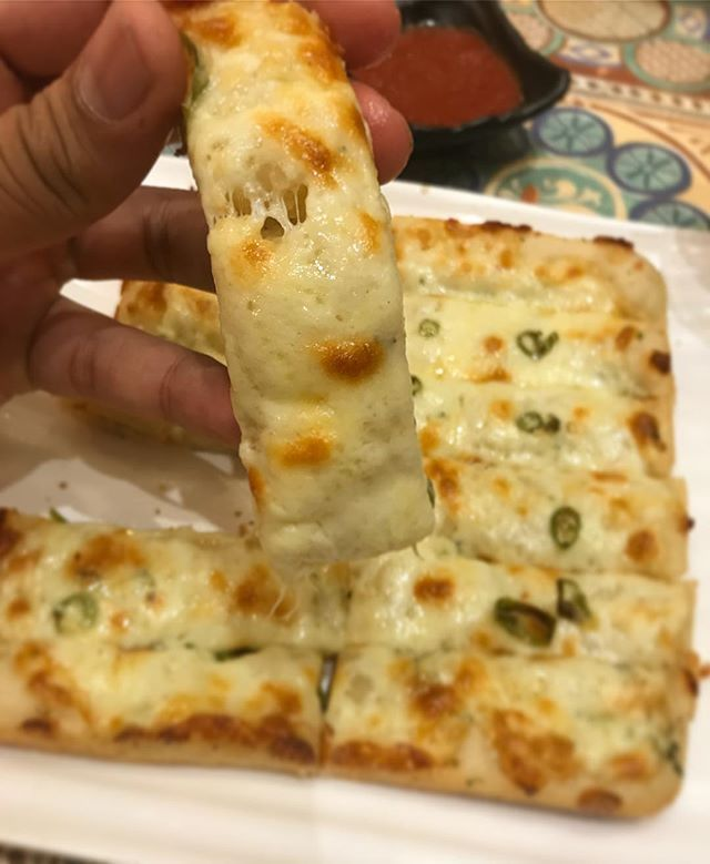 Cheese Garlic Bread With Chillies This Has To Be The Best Garlic Bread In Town For Me It Looks Like A Pizza And Ta Cheesy Recipes Food Garlic Cheese Bread