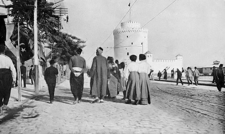 Τμημα της παραλίας και ο Λευκός Πύργος το 1911.Οι Τούρκοι κατέχουν ακόμη την πόλη και ο πύργος περιβάλλεται ακόμη από το οκταγωνικό προτείχισμα.