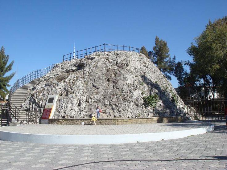 El volcán más pequeño del mundo se encuentra en, llamado Cuexcomate. Mide aproximadamente de 13 metros de altura. #volcano #cultura #Puebla
