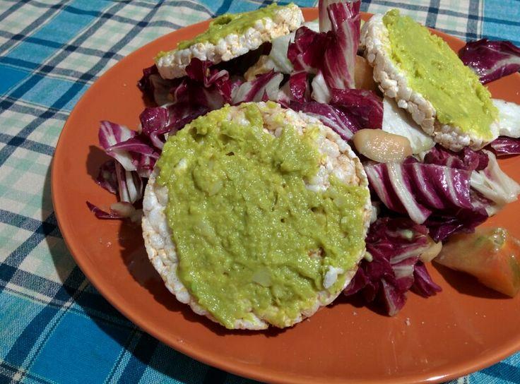 Insalata radicchio, pomodoro, avocado, fagioli grandi di Spagna. Gallette di riso con hummus di cannellini, curcuma, avocado.